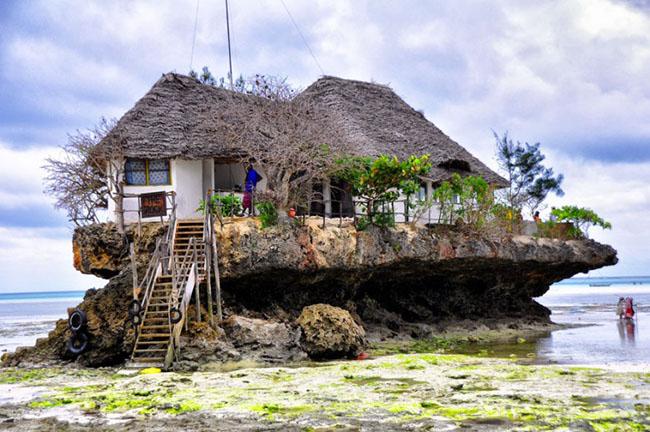 Nhà hàng Rock, Zanzibar: Nhà hàng cực kỳ ấn tượng nằm trên một tảng đá, trên bãi biển Michanwi Pingwe tại Zanzibar, Rock Restaurant cung cấp các món ăn ngon nhất và được ngắm nhìn những phong cảnh quyến rũ nhất.