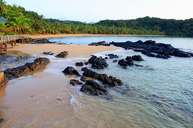 Khu du lịch Bom Bom ở đảo Príncipe: Khu nghỉ mát Bom Bom Island nằm trên bờ biển phía bắc của Príncipe, trên một bãi biển riêng biệt với bãi cát thoai thoải tuyệt diệu. Các phòng nghỉ nằm trong khung cảnh thiên nhiên đầy lãng mạn.