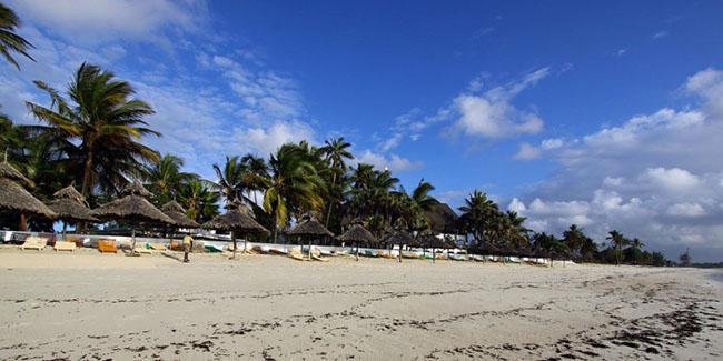Bãi biển Diani: Bãi biển Diani là một trong những bãi biển đẹp nhất thế giới. Đây là một thiên đường nhiệt đới cung cấp những bức tranh cát trắng tuyệt đẹp và bãi biển xanh màu ngọc bích làm say đắm cho du khách khiến cho kỳ nghỉ của họ trở thành một kỷ niệm đáng nhớ.