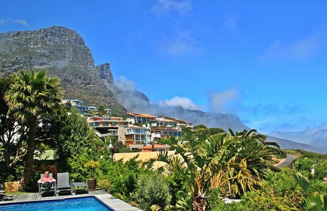 Cape Town, Nam Phi: Cape Town chắc chắn là một trong những thành phố đẹp nhất ở Nam Phi. Thành phố có Núi Table, có những bãi biển tuyệt đẹp, cảnh quan mĩ lệ, các điểm tham quan lịch sử và một thảm thực vật tươi tốt.