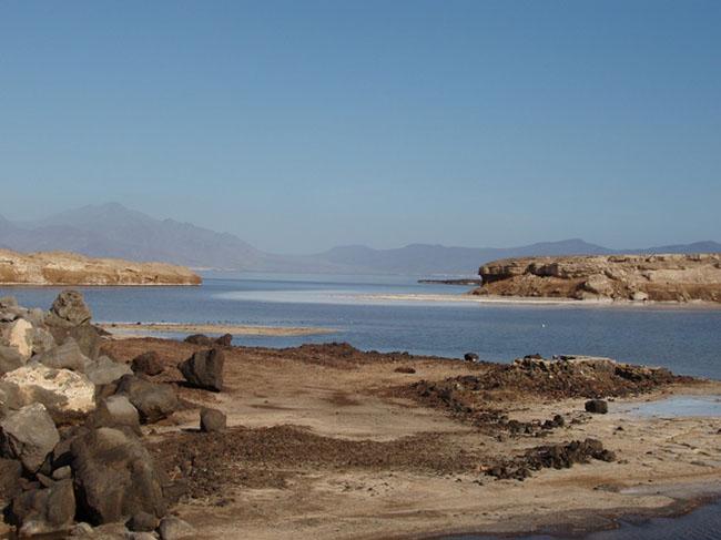 Hồ Assal, Djibouti: Hồ Assal là một miệng núi lửa, nằm ở trung tâm phía tây Djibouti. Hồ nằm ở một vị trí hoàn hảo cho những ai yêu thích ánh nắng mặt trời và muốn trải nghiệm một mùa hè sôi động. Hồ có cảnh quan thiên nhiên hấp dẫn được tạo ra bởi các tảng thạch cao bao quanh hồ.