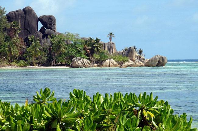 Seychelles: Seychelles từ lâu đã là một điểm đến của nhiều du khách. Nơi đây có các bãi biển màu xanh ngọc đẹp và những vách đá với nhiều hình thù thú vị đẹp như ở thiên đường.