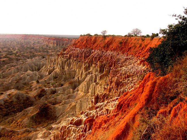 Thung lũng Mặt trăng, Angola: Thung lũng Mặt trăng là một trong những cảnh quan độc đáo nhất ở châu Phi. Thung lũng còn được gọi là Miradouro da Lua hoặc Watchpoint, cảnh quan hơi giống trên mặt trăng, với sự hình thành của những khối đá mang màu cam rực rỡ. Thung lũng Mặt trăng nằm cách Luanda 40 km về phía Nam ở Angola.