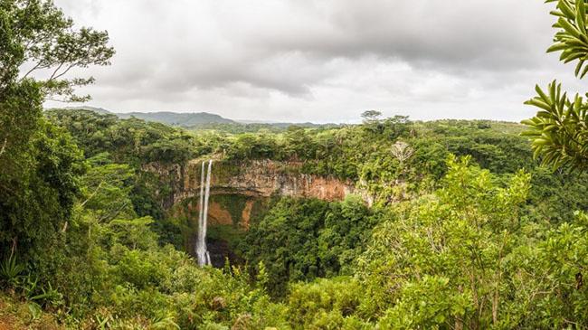 Thác nước Chamarel, Mauritius: Thác nước Charamel là thác nước cao nhất ở Mauritius, có thể đo được cao đến 100 mét. Nếu bạn muốn nhìn thấy những cảnh quan ấn tượng nhất của thác nước từ phía trên, bạn nên ghé thăm Vườn Quốc gia Hẻm núi Black River.