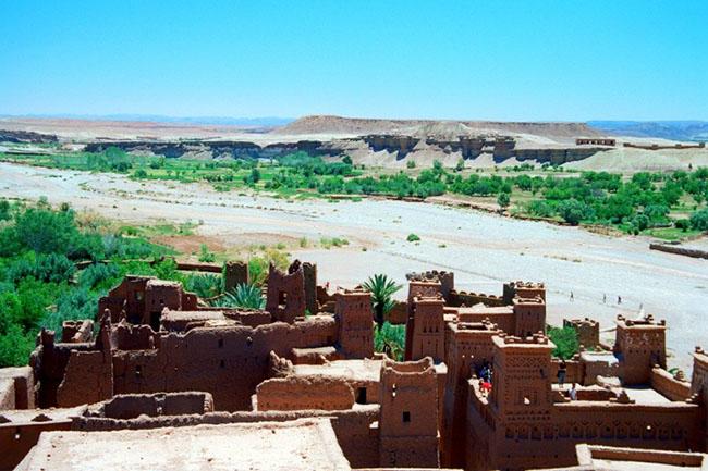 Aït Ben Haddou, Morrocco: Ait Ben Haddou là một trong những điểm tham quan đẹp nhất ở Châu Phi. Nằm ở rìa dãy núi Atlas, dọc theo thung lũng Kasbahs, thành phố với những tòa nhà xây bằng gạch bùn truyền thống, là kiến trúc Maroc độc đáo. Thành phố đã xuất hiện trong rất nhiều bộ phim như Gladiator, Lawrence of Arabia và nhiều phim khác.