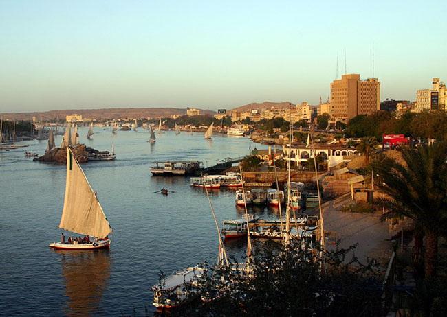 Thành phố Aswan và sông Nile, Ai Cập: Cách tốt nhất để khám phá vẻ đẹp của sông Nile là đến với thành phố Aswan. Tương tự như vậy, không có cách nào tốt hơn để thăm thú thành phố Aswan bằng thuyền trên sông Nile. Sông Nile là con sông dài nhất trên thế giới. Sự kỳ diệu và huyền bí của sông Nile rất quyến rũ du khách và dòng sông cũng là một trong những nơi đẹp nhất ở Châu Phi.