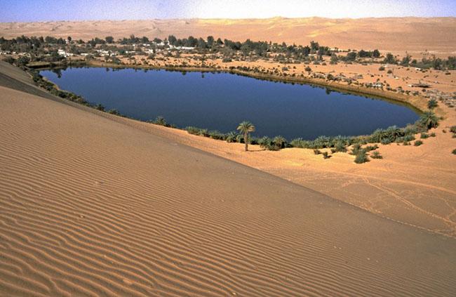 Umm al-Maa, Libya: Umm-al-Maa là hồ ốc đảo đẹp nhất thế giới. Ốc đảo được che giấu giữa những cồn cát của Libya. Nằm trong biển cát của Idean Ubari trên sa mạc Sahara Libra, Umm-al-Maa có một vẻ đẹp đáng kinh ngạc mà bạn chỉ có thể tìm thấy ở Châu Phi.