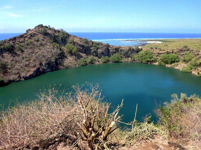Lac Sale, Comoros: Lac Sale, nằm ở Comoros là một miệng núi lửa đã hình thành một hồ nước muối mang màu xanh da trời rất đẹp. Du khách có thể đi vòng quanh vách đá sa mạc và ngắm nhìn phong cảnh tuyệt diệu nơi này.