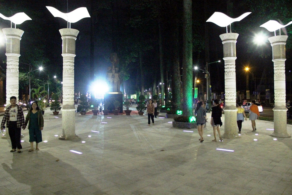 """Ngỡ ngàng """"hóa kiếp"""" công viên thành quảng trường nhạc nước ở SG"""