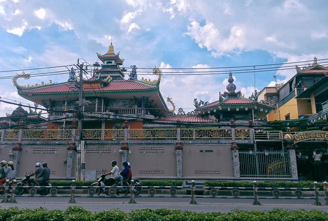 Ngôi chùa được gắn 30 tấn sành, sứ vỡ độc nhất Sài Gòn