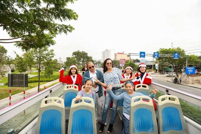 """Gia đình Thúy Hạnh """"cưỡi"""" xe buýt mui trần dạo phố đón Noel - 2"""