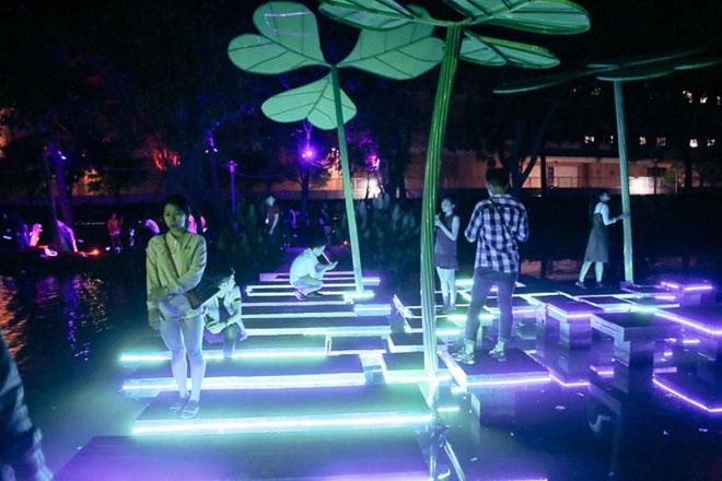 """""""Lạc lối"""" trong vườn ánh sáng độc nhất ở Sài Gòn dịp Giáng sinh - 13"""