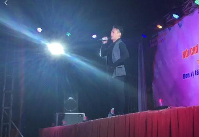 Ca sĩ trẻ đòi đánh nhau tay đôi trên sân khấu khi hát hội chợ bị ném đá