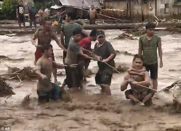Neo tàu tránh bão, ngư dân Philippines bị cá sấu ăn thịt