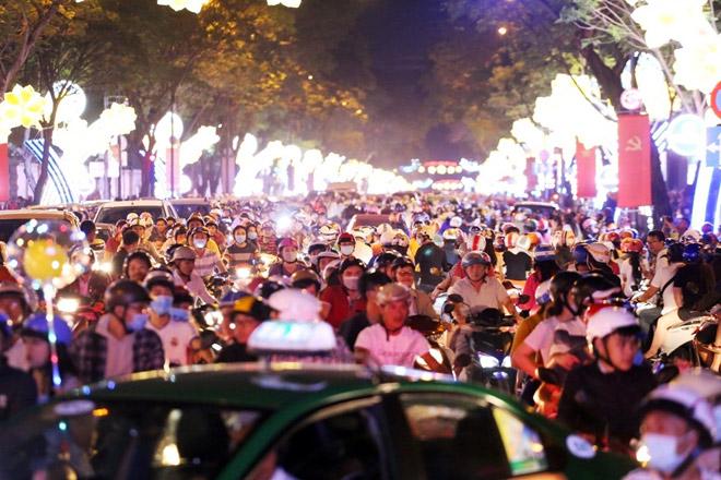 """Dân ùn ùn xuống đường đêm Noel, trung tâm SG """"tê liệt"""" - 2"""
