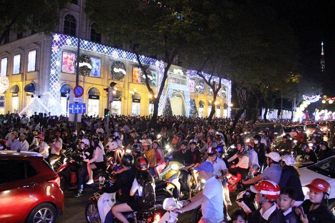 """Dân ùn ùn xuống đường đêm Noel, trung tâm SG """"tê liệt"""" - 5"""