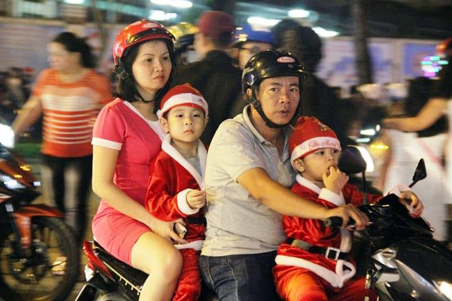 """Dân ùn ùn xuống đường đêm Noel, trung tâm SG """"tê liệt"""" - 4"""