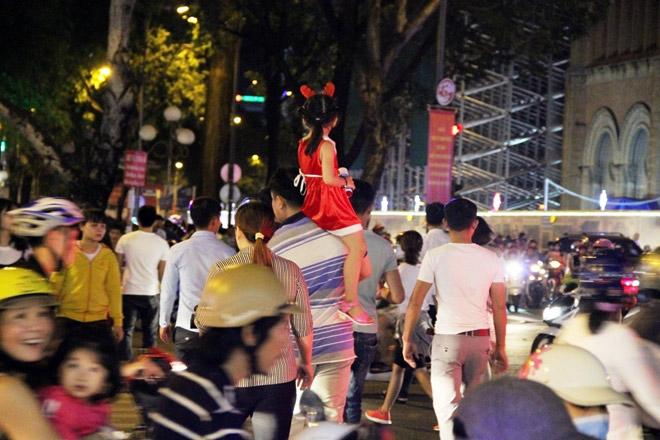 """Dân ùn ùn xuống đường đêm Noel, trung tâm SG """"tê liệt"""" - 7"""