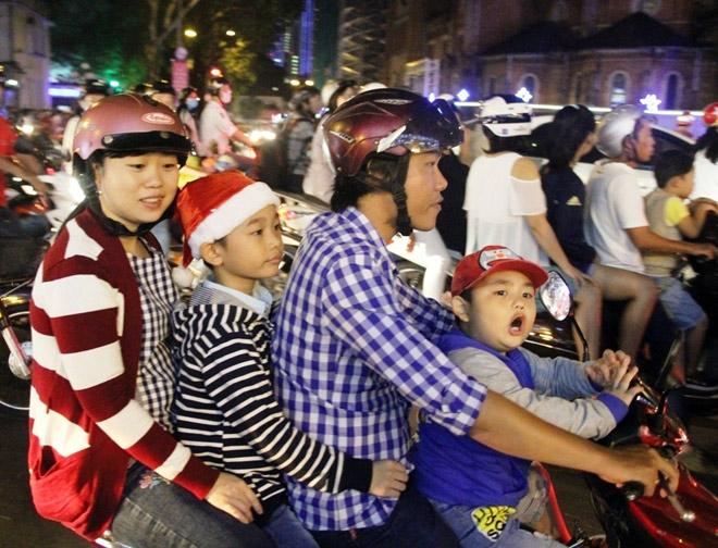 """Dân ùn ùn xuống đường đêm Noel, trung tâm SG """"tê liệt"""" - 3"""