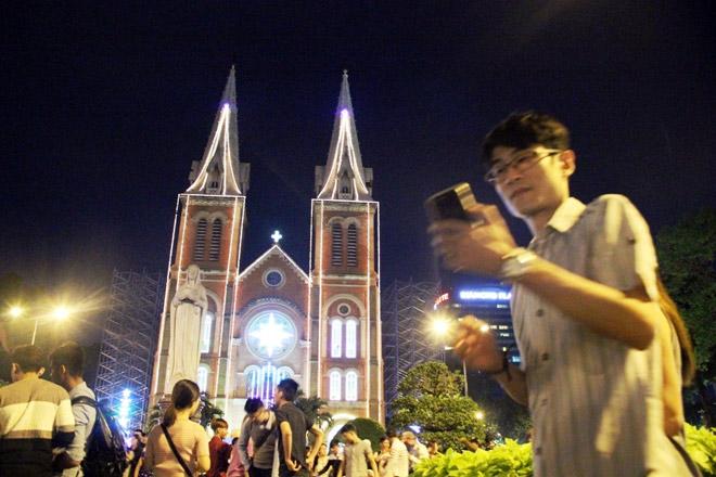 """Dân ùn ùn xuống đường đêm Noel, trung tâm SG """"tê liệt"""" - 13"""