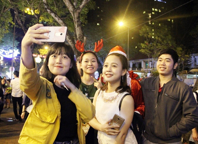 """Dân ùn ùn xuống đường đêm Noel, trung tâm SG """"tê liệt"""" - 12"""