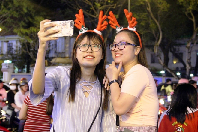 """Dân ùn ùn xuống đường đêm Noel, trung tâm SG """"tê liệt"""" - 11"""