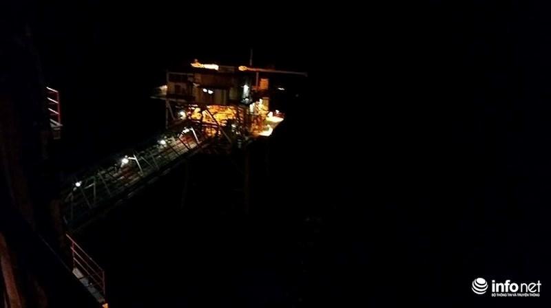 Bão Tembin đổ bộ: Trực tiếp từ mỏ Rồng, mỏ Bạch Hổ, sóng cao 10m đánh dữ dội - 7