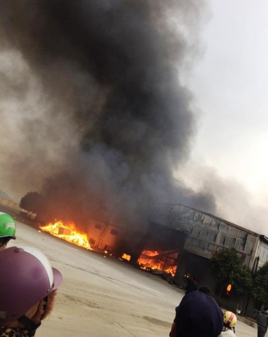 Cháy lớn tại công ty bánh kẹo, 3 người mắc kẹt - 1