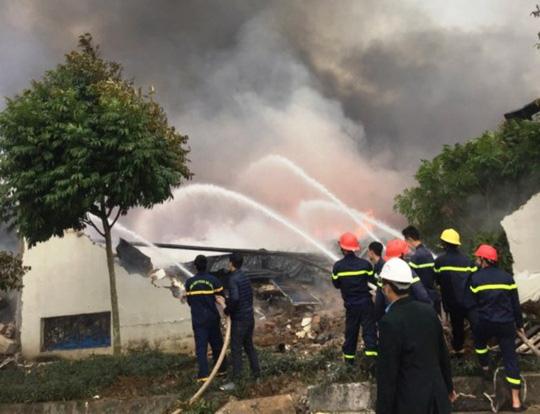 Cháy lớn tại công ty bánh kẹo, 3 người mắc kẹt - 2