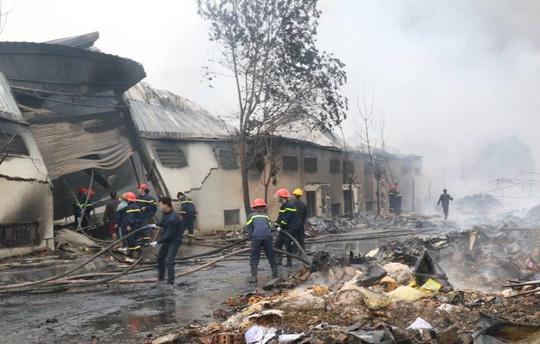 Cháy lớn tại công ty bánh kẹo, 3 người mắc kẹt - 3