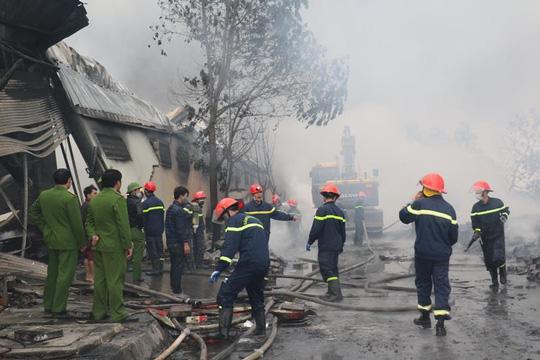 Cháy lớn tại công ty bánh kẹo, 3 người mắc kẹt - 4