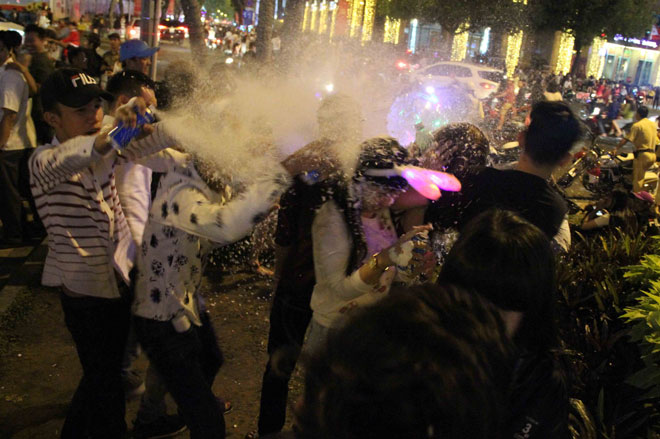 Bị xịt bọt tuyết thẳng vào mặt, nhiều cô gái tháo chạy trong đêm Noel - 3
