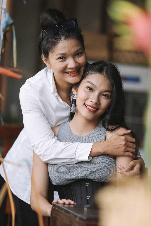 Con gái 20 tuổi của Kiều Trinh chưa có bạn trai vì lo kiếm tiền nuôi mẹ và em - 5