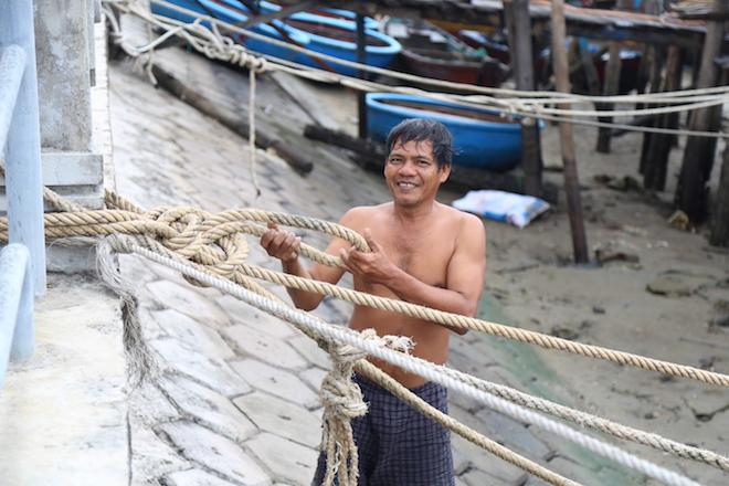 Ảnh: Già trẻ cuống cuồng chống bão Tembin, cặp đôi ra biển chụp ảnh cưới - 5