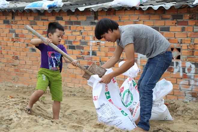 Ảnh: Già trẻ cuống cuồng chống bão Tembin, cặp đôi ra biển chụp ảnh cưới - 4