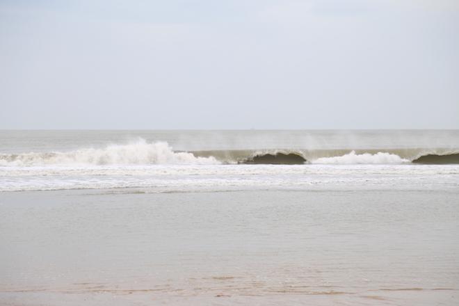 Ảnh: Già trẻ cuống cuồng chống bão Tembin, cặp đôi ra biển chụp ảnh cưới - 12