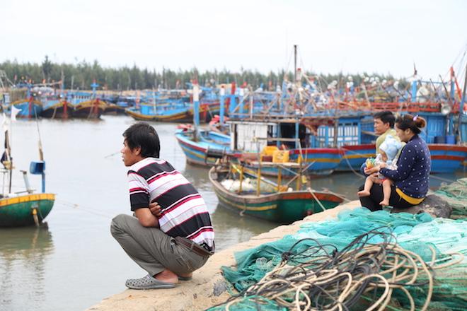 Ảnh: Già trẻ cuống cuồng chống bão Tembin, cặp đôi ra biển chụp ảnh cưới - 7
