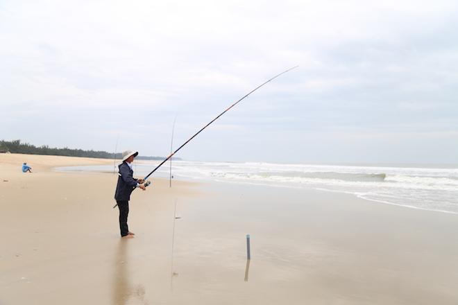 Ảnh: Già trẻ cuống cuồng chống bão Tembin, cặp đôi ra biển chụp ảnh cưới - 9
