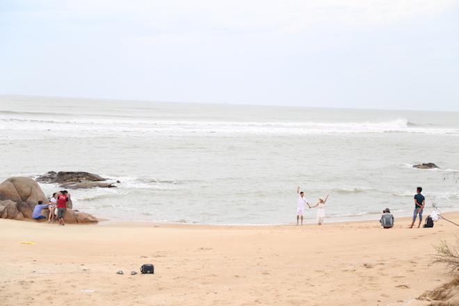 Ảnh: Già trẻ cuống cuồng chống bão Tembin, cặp đôi ra biển chụp ảnh cưới - 10