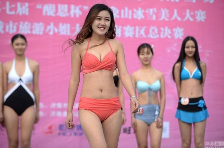 Chân dài mặc bikini trình diễn dưới thời tiết âm 3 độ - 6