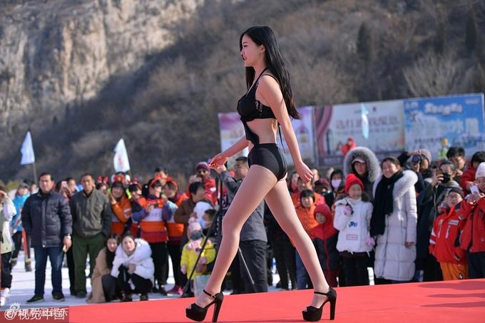 Chân dài mặc bikini trình diễn dưới thời tiết âm 3 độ - 2