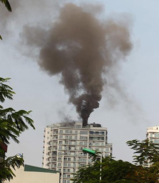 Đang cháy dữ dội tại chung cư
