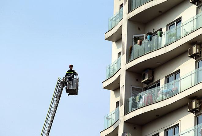 Clip: Cứu người bằng xe thang trong vụ cháy chung cư gần Hồ Tây - 2