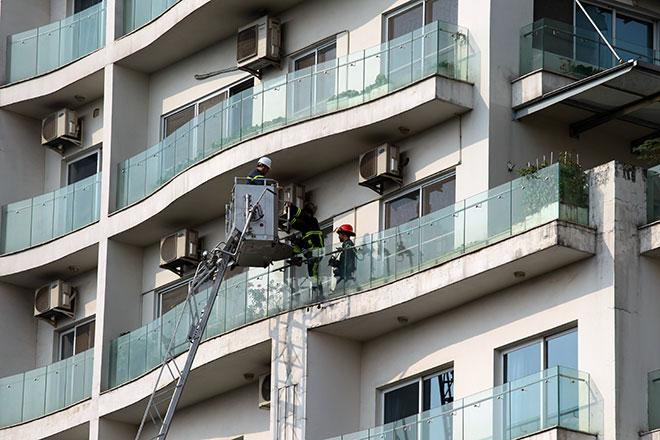 Clip: Cứu người bằng xe thang trong vụ cháy chung cư gần Hồ Tây - 3
