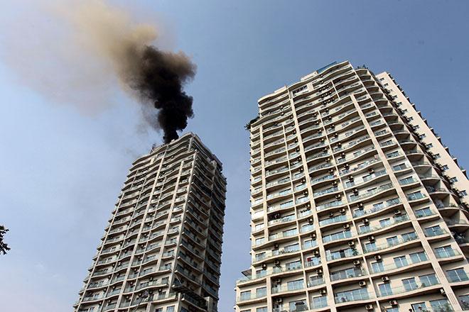 Clip: Cứu người bằng xe thang trong vụ cháy chung cư gần Hồ Tây - 1