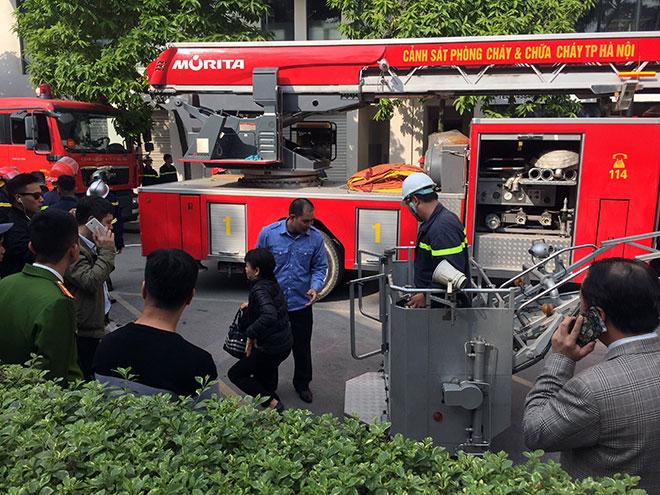 Clip: Cứu người bằng xe thang trong vụ cháy chung cư gần Hồ Tây - 4