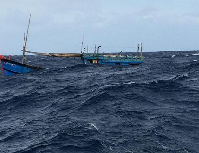 Clip: Nhảy xuống biển cứu 4 người đang chới với trong sóng dữ