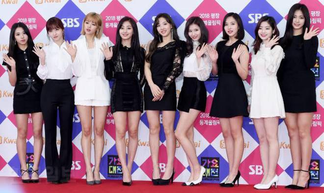 Sao Hàn đeo ruy băng màu đen trên thảm đỏ tưởng nhớ Jong Hyun - 9