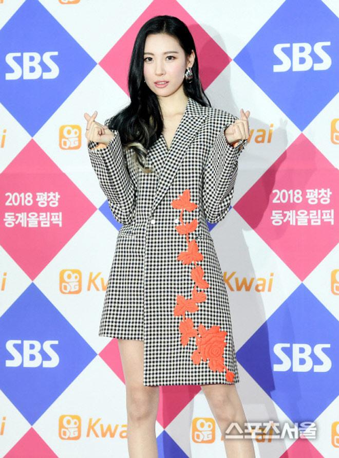 Sao Hàn đeo ruy băng màu đen trên thảm đỏ tưởng nhớ Jong Hyun - 8