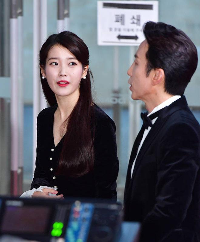 Sao Hàn đeo ruy băng màu đen trên thảm đỏ tưởng nhớ Jong Hyun - 7
